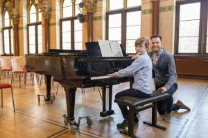 Junge beim Klavierunterricht