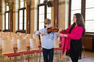 Geigenunterricht Junge und Lehrerin