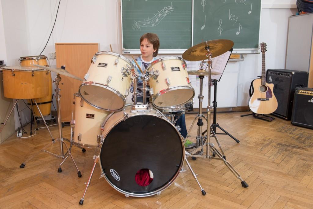 Kind spielt am Schlagzeug