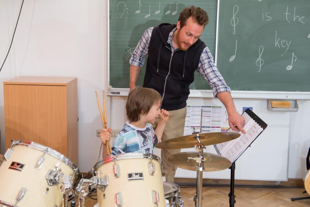 Schlagzeugunterricht Junge und Mann